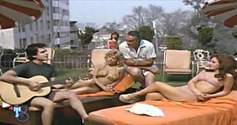 Escena de 1979 donde Don Ramón canta junto a Juan Gabriel