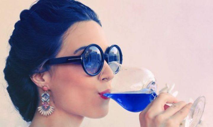 El original vino azul con que cinco jóvenes españoles quieren revolucionar la industria
