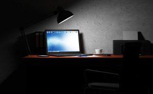 ordenador-encendido-noche